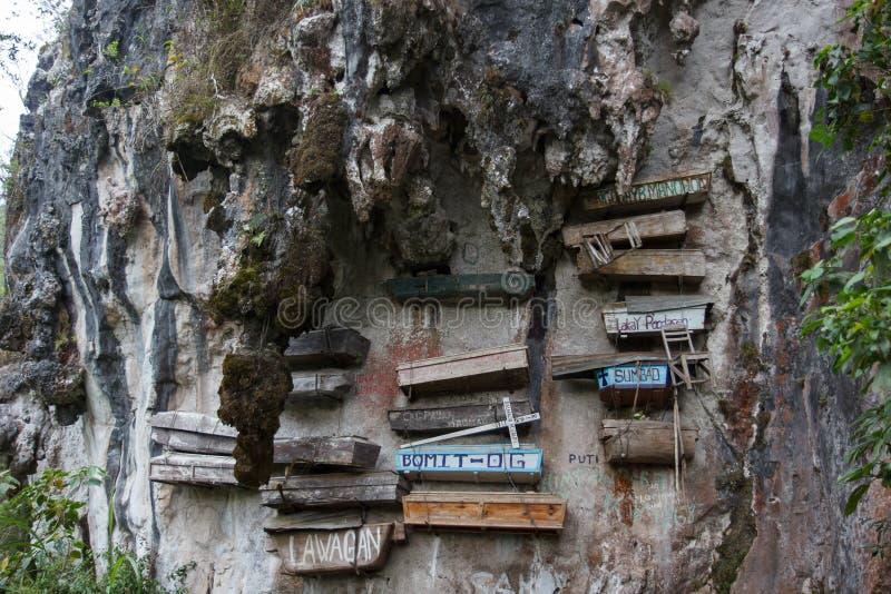 Zakończenie obrazek ściana z niektóre wiszącymi trumnami, Sagada, Luzon, Filipiny zdjęcie royalty free