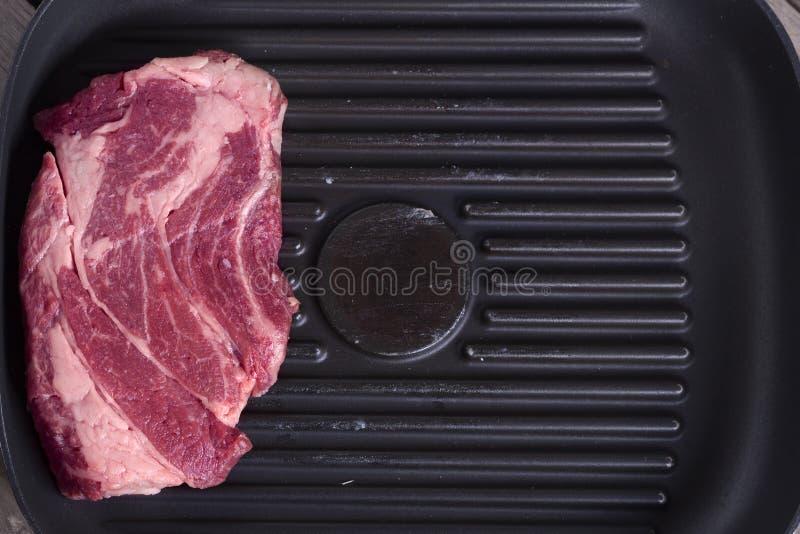Zakończenie odgórny widok surowy wołowina stek na grill niecce kosmos kopii Kwitu pojęcie fotografia stock