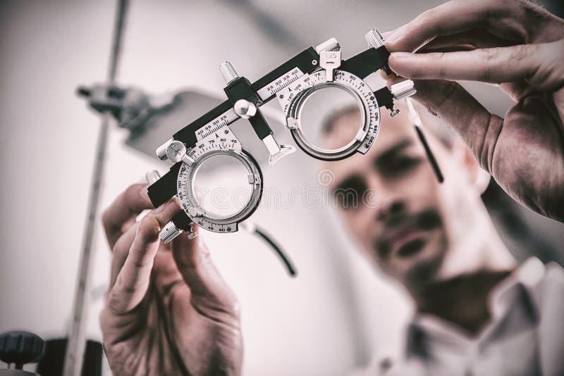 Zakończenie optometrist mienia messbrille fotografia royalty free