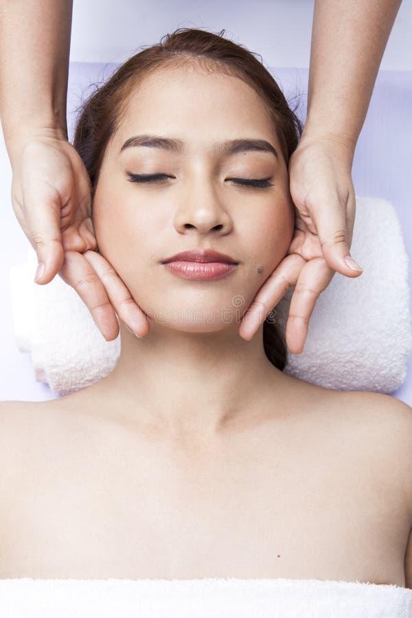 Zakończenie otrzymywa twarzowego masaż przy dnia zdrojem młoda kobieta zdjęcia royalty free