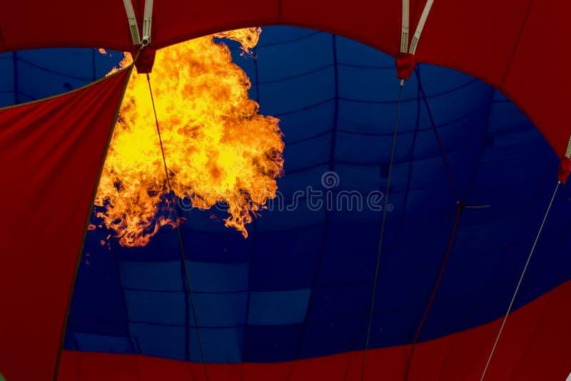 Zakończenie płonący palnik, jaskrawy płomień przeciw gorące powietrze balonowi Przygotowywać wszczynać latającego lotniczego balo zdjęcia stock