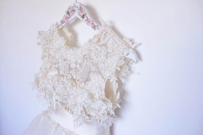 Zakończenie perłowa biała upiększona ślubna suknia z atłasu paskiem i tiul płyniemy fotografia stock