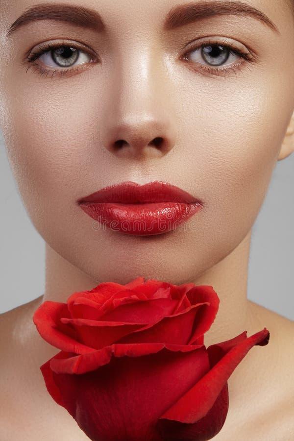 Zakończenie piękna młoda kobieta z jaskrawym lipgloss makeup Doskonalić czystą skórę, seksowny czerwony warga makijaż Piękny vale obrazy royalty free