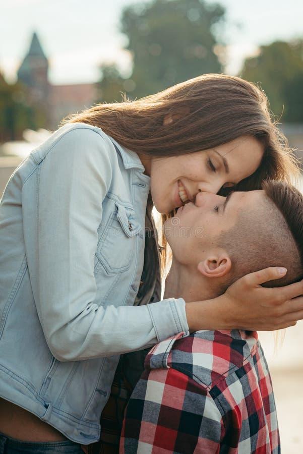 Zakończenie pionowo romantyczny portret powabna uśmiechnięta dziewczyna podsyca głowę jej kochanek Są alsmot całowaniem obraz royalty free