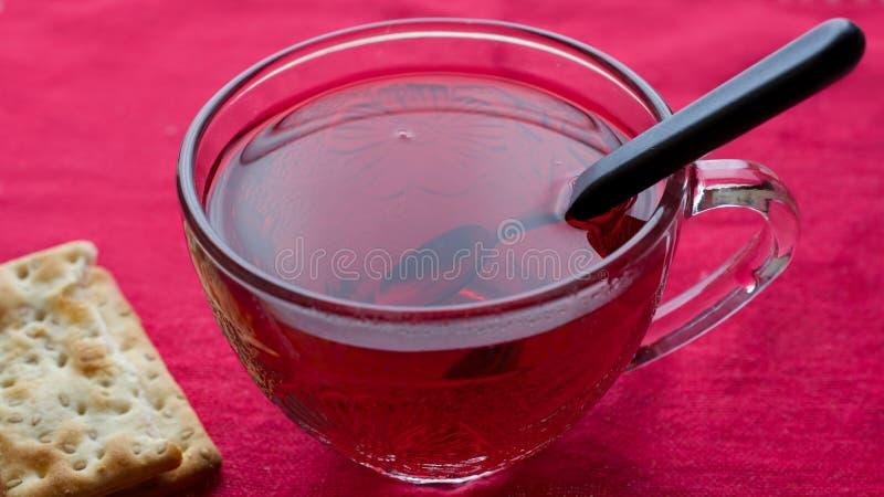 Zakończenie poślubnika herbata na czerwonym tablecloth zdjęcie stock