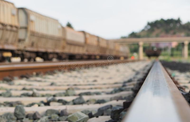 Zakończenie pociągu poręcze i taborowi furgony na tle fotografia stock