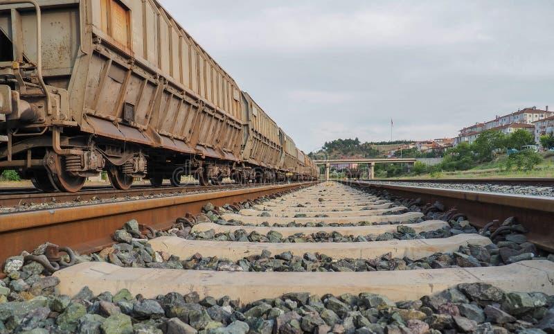 Zakończenie pociągu poręcze i taborowi furgony na tle zdjęcie royalty free
