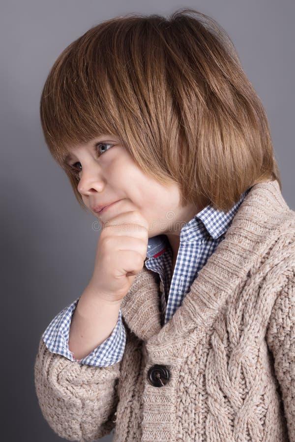 Zakończenie portret śmieszny chłopiec cztery lat z komicznym wyrażeniem zdjęcia stock