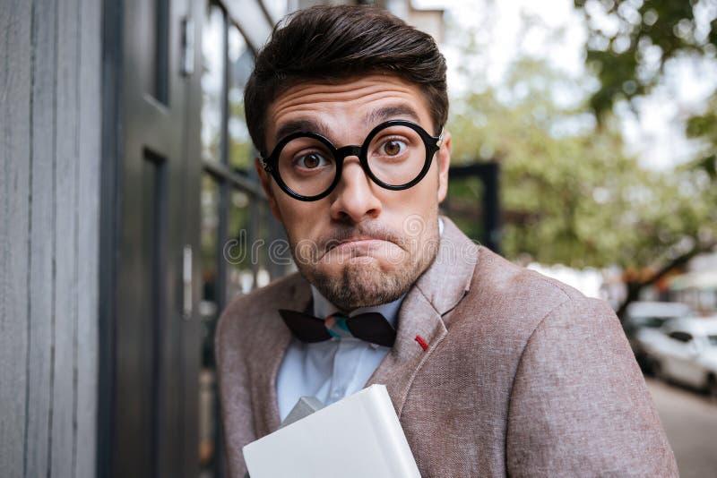 Zakończenie portret śmieszny głupka mężczyzna jest ubranym eyeglasses fotografia stock