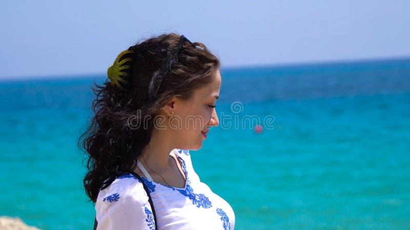 Zakończenie portret świeży i piękny młody moda modela pozować plenerowy w pogodnej pogodzie piękny portret fotografia royalty free