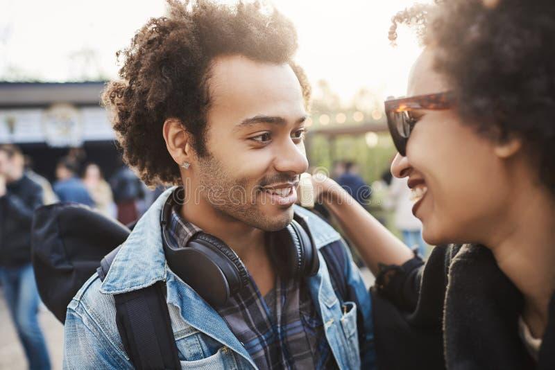Zakończenie portret afroamerykańska para w modnych odzieżowych, afro ostrzyżeniach i, podczas gdy uśmiechnięty zdjęcia royalty free