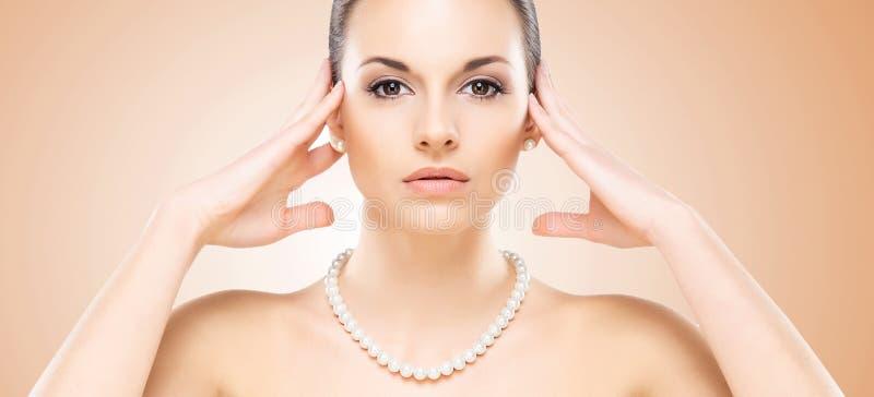 Zakończenie portret atrakcyjna caucasian dziewczyna z perłami zdjęcie stock