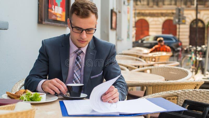 Zakończenie portret biznesmen ma śniadanie. obraz royalty free