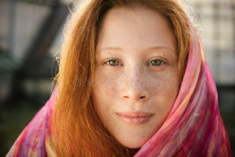 Zakończenie portret czerwona nastolatek dziewczyna z piegami obraz stock