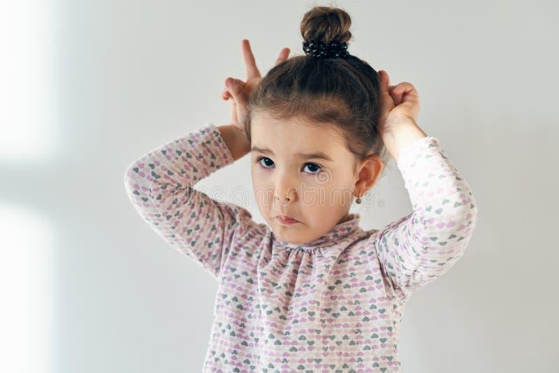 Zakończenie portret dosyć śliczny dziewczyny dziecko z włosy zbierał o obrazy royalty free