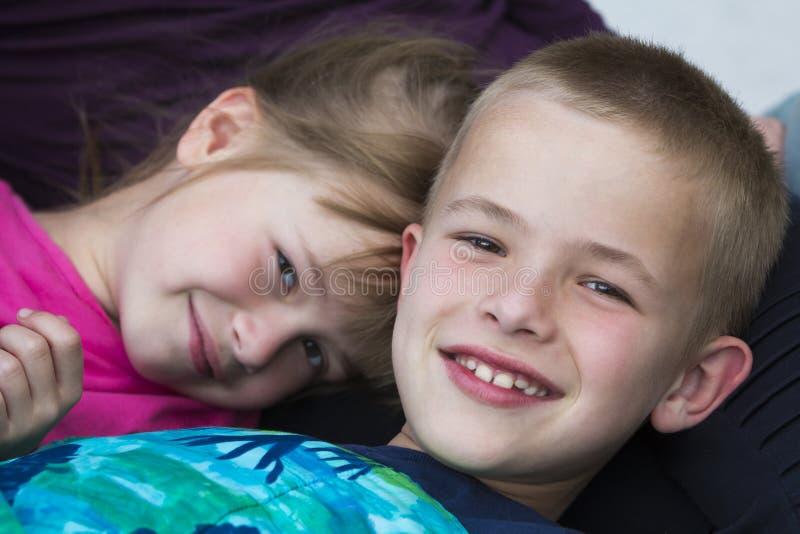 Zakończenie portret dwa małego ślicznego blondynu szczęśliwie uśmiecha się childr obraz royalty free