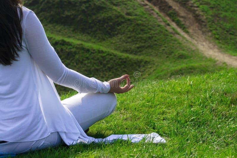 Zakończenie portret dziewczyna która siedzi w lotosie obrazy stock