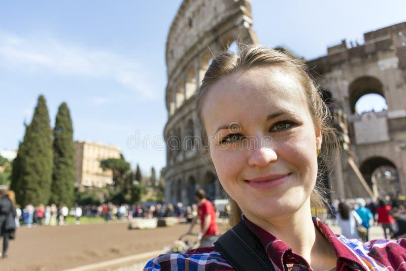 Zakończenie portret dziewczyna w szkockiej kraty koszula na Romańskim Colosseum plecy zdjęcie royalty free