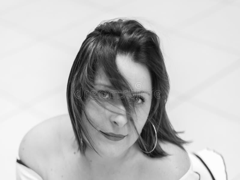 zakończenie portret dziewczyna z dmuchającym włosy przed ona obrazy stock