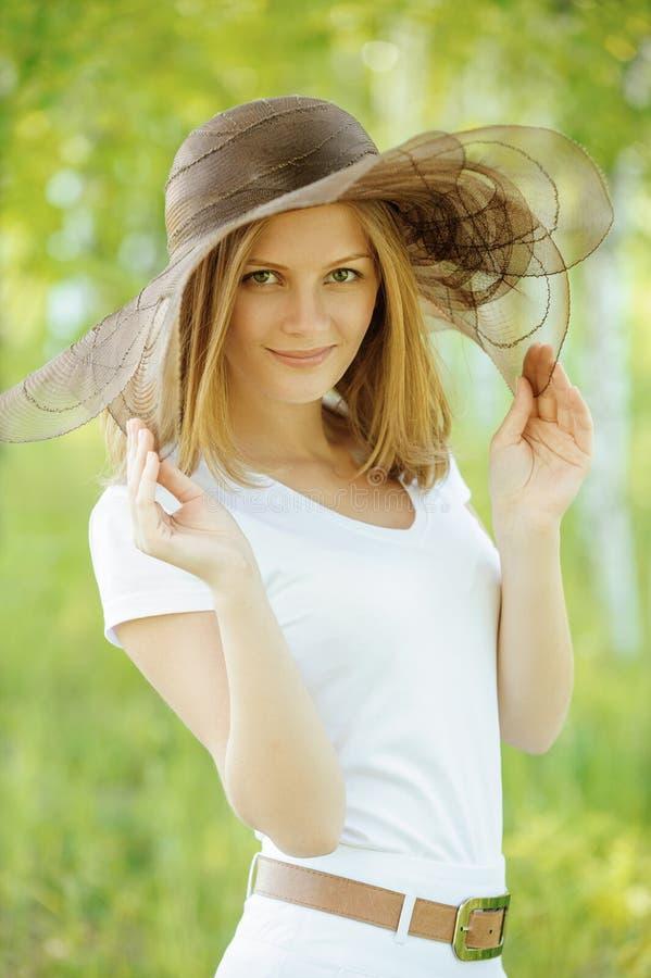 Zakończenie portret jest ubranym kapelusz uśmiechnięta kobieta obraz stock