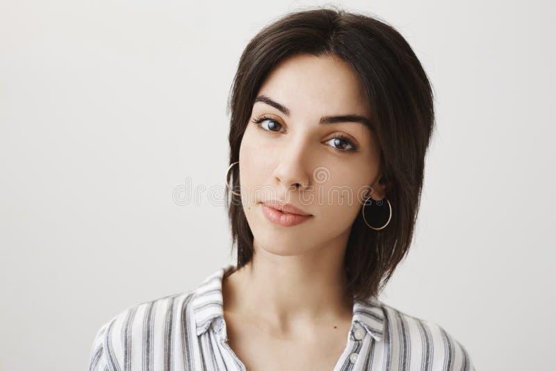 Zakończenie portret kobiecy atrakcyjny bizneswoman patrzeje kamerę z skupiający się w modnej pasiastej bluzce i zdjęcie royalty free
