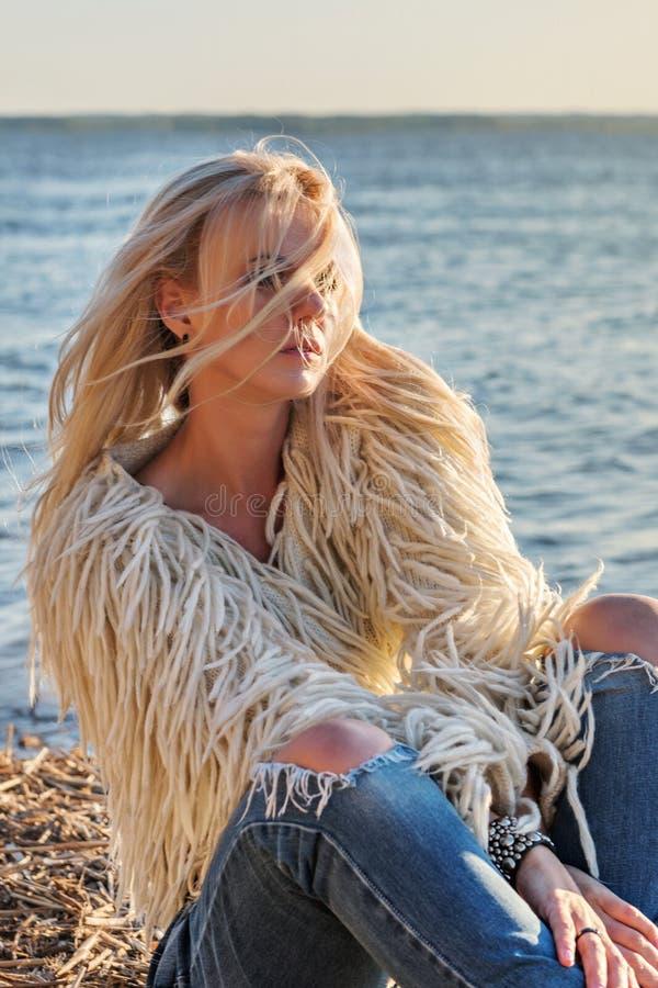 Zakończenie portret młoda atrakcyjna blond kobieta z włosy rozpraszał latanie od wiatru w promieniach jaskrawy słońce obrazy stock