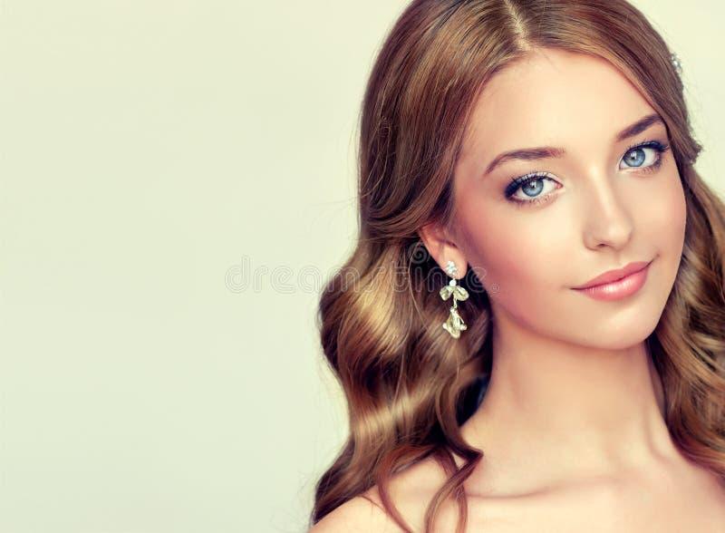 Zakończenie portret młoda dama z elegancką fryzurą fotografia royalty free