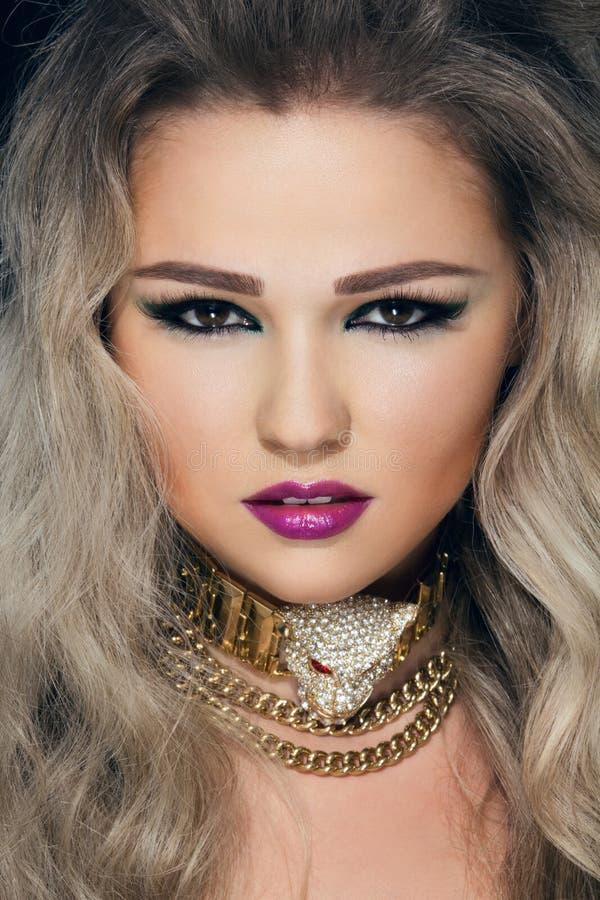 Zakończenie portret młoda piękna kobieta fotografia royalty free