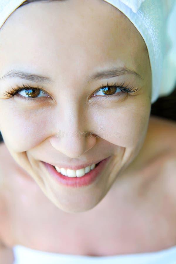 Zakończenie portret młoda uśmiechnięta kobieta z ręcznikowym kapeluszem przy hom, obrazy stock