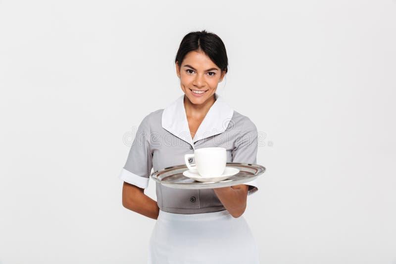 Zakończenie portret młody uśmiechnięty żeński kelner w jednolitym chwycie obrazy royalty free