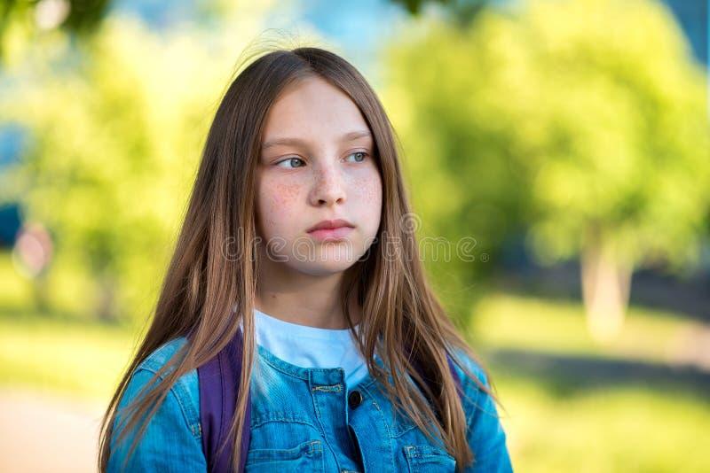 Zakończenie portret mała dziewczynka nastolatek Lato w naturze Długie włosy pieg twarz Emocja patrzeje zamyślenie w kierunku obraz stock
