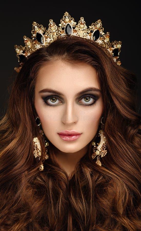 Zakończenie portret Piękna dziewczyna w złotym earrin i koronie obrazy royalty free