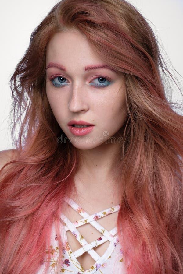 Zakończenie portret piękna dziewczyna z różowym włosy i błękitny makijaż na lekkim tle fotografia stock