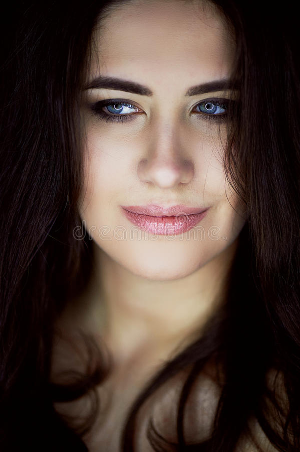 Zakończenie portret piękna elegancka brunetka z długie włosy W oczach odbicia lampa Studio, zmrok zdjęcia stock