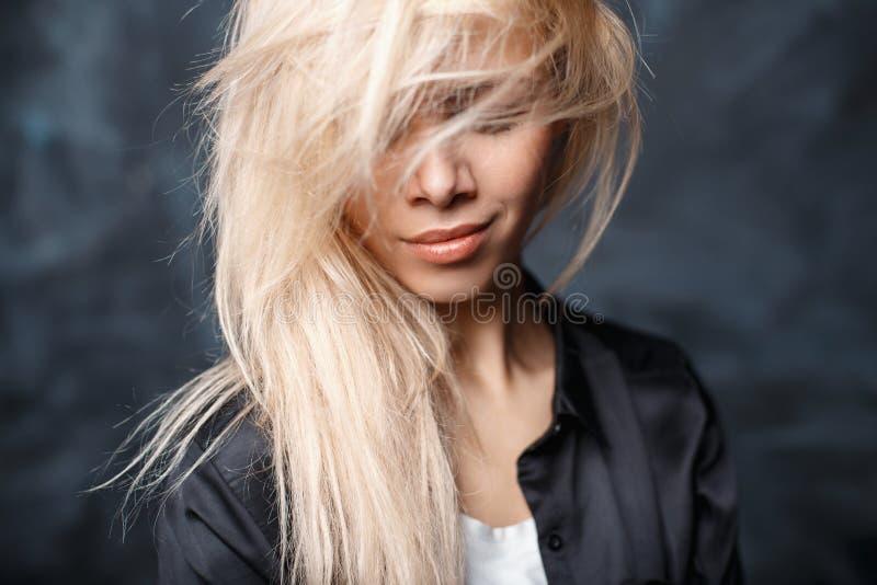 Zakończenie portret piękna kobieta z kudłacącym blondynem a obrazy royalty free