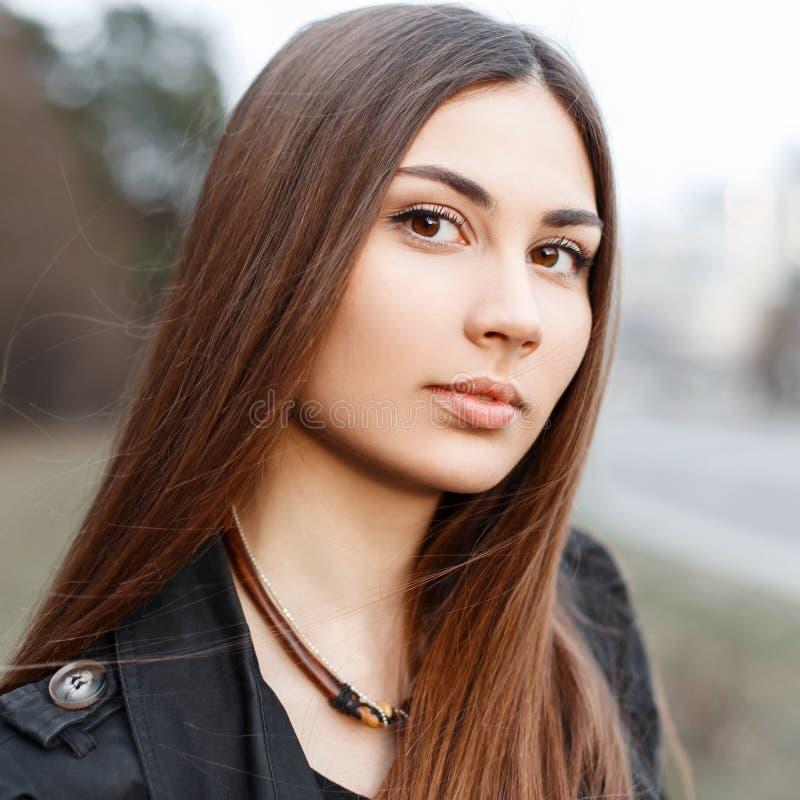 Zakończenie portret piękna młoda dziewczyna z zadziwiającym brązem e zdjęcia stock