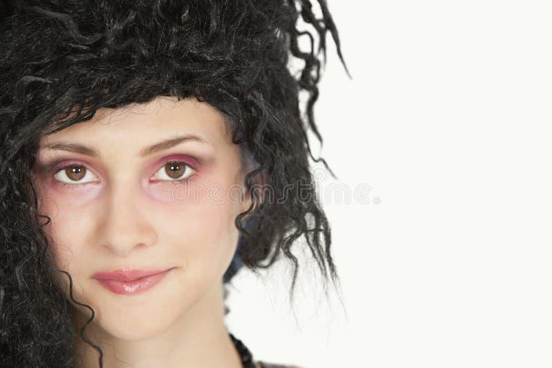 Zakończenie portret piękna młoda kobieta z dokuczającym włosy nad szarym tłem obrazy royalty free