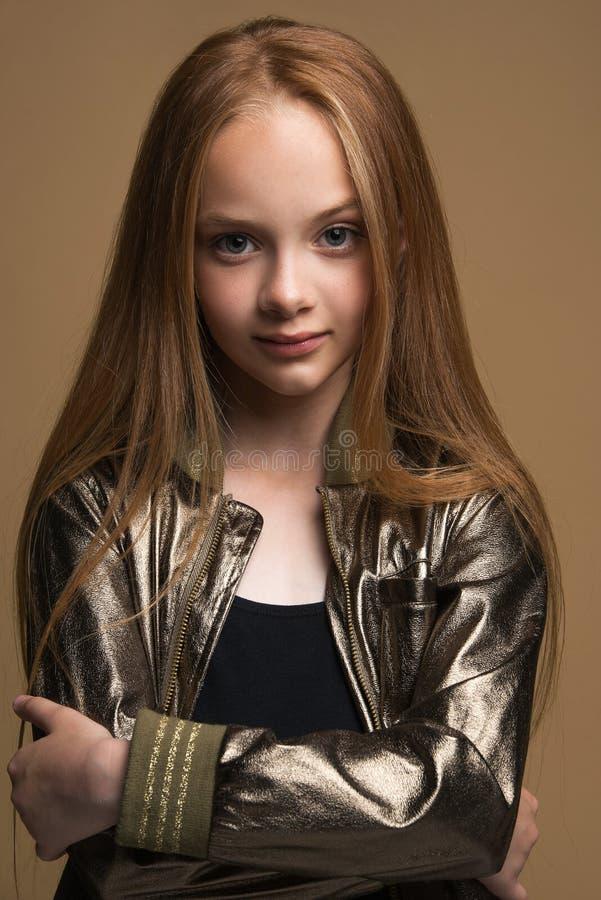 Zakończenie portret piękna młoda rudzielec w studiu na czarnym tle obrazy royalty free