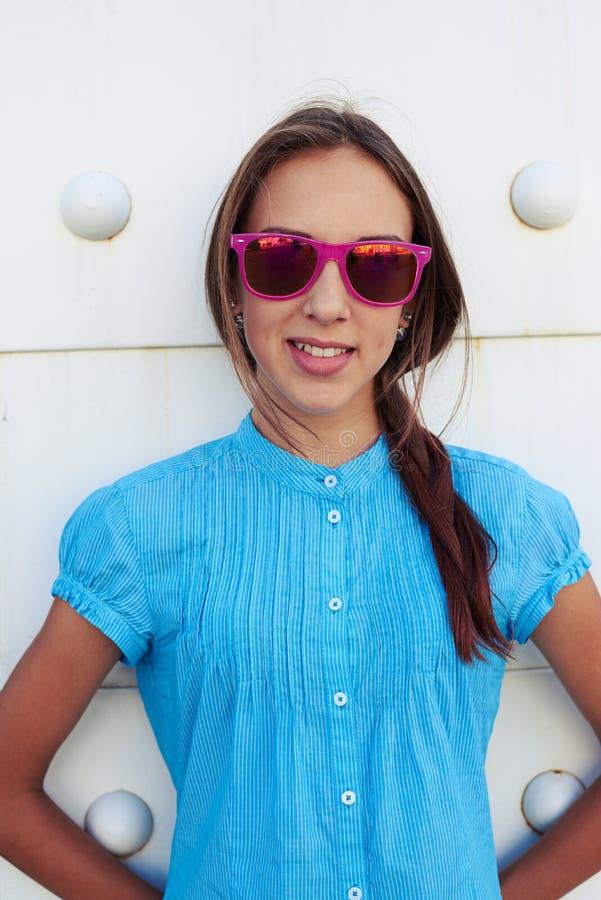 Zakończenie portret piękna nastoletnia dziewczyna w okularów przeciwsłonecznych agains fotografia royalty free