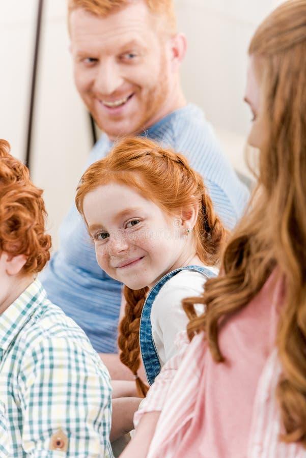 Zakończenie portret pięknej szczęśliwej rudzielec rodzinny ono uśmiecha się wpólnie zdjęcie stock