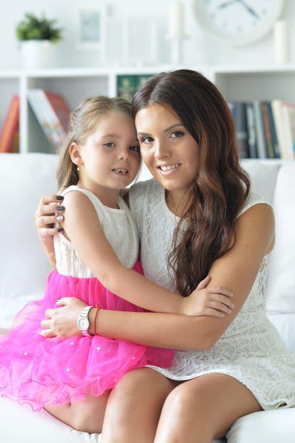 Zakończenie portret powabny małej dziewczynki przytulenie z mamą zdjęcia royalty free