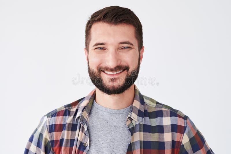 Zakończenie portret przystojny mężczyzna z uśmiechem na jego twarzy zdjęcie royalty free
