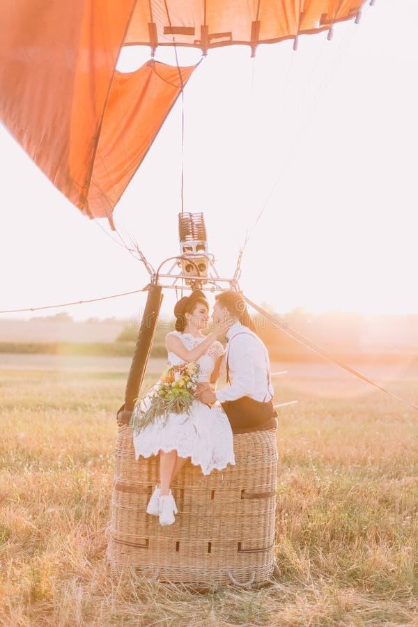 Zakończenie portret retro ubierający nowożeńcy pary obsiadanie na koszu airballoon Panna młoda z zdjęcie royalty free