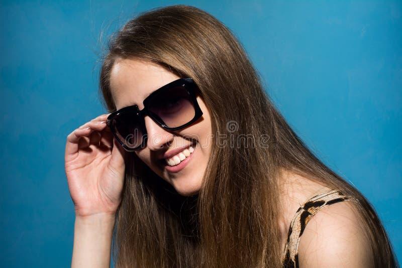 Zakończenie portret szczęśliwa krzycząca młoda dziewczyna zdjęcie royalty free