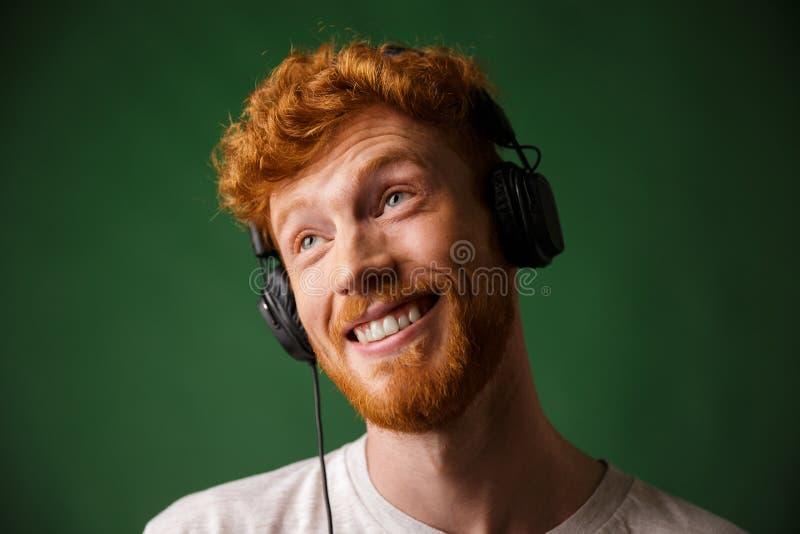 Zakończenie portret szczęśliwego modnisia readhead mężczyzna słuchająca muzyka zdjęcie stock