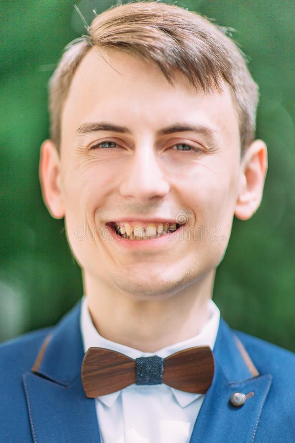 Zakończenie portret uśmiechnięty przystojny fornal zdjęcie stock