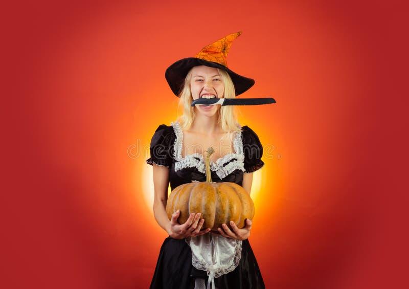 Zakończenie portret wspaniałej szczęśliwej blondynki czarodziejski enchantress, zakrywa ona oczy z nakrętką, gorąca postać, ciało zdjęcia royalty free