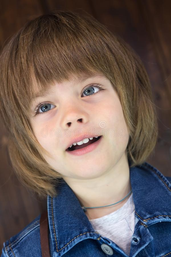 Zakończenie portret wspaniały uśmiechnięty chłopiec cztery lat fotografia royalty free