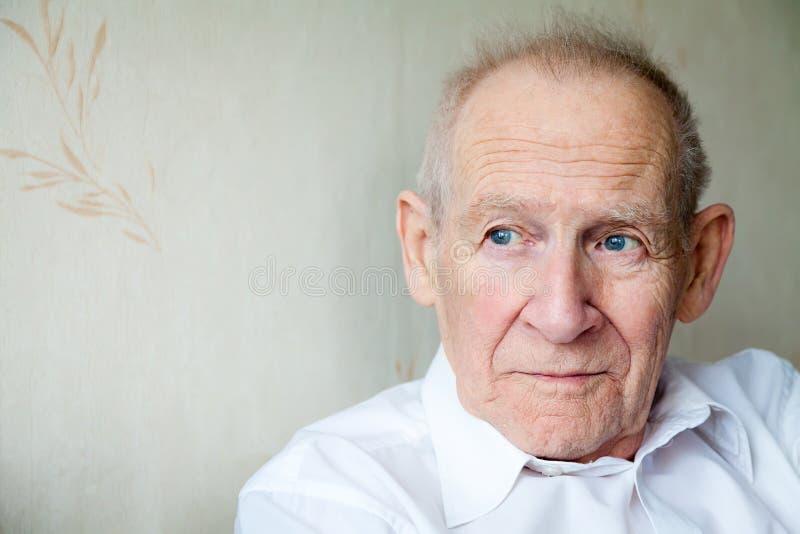 Zakończenie portret zadumany starszy mężczyzna obraz royalty free