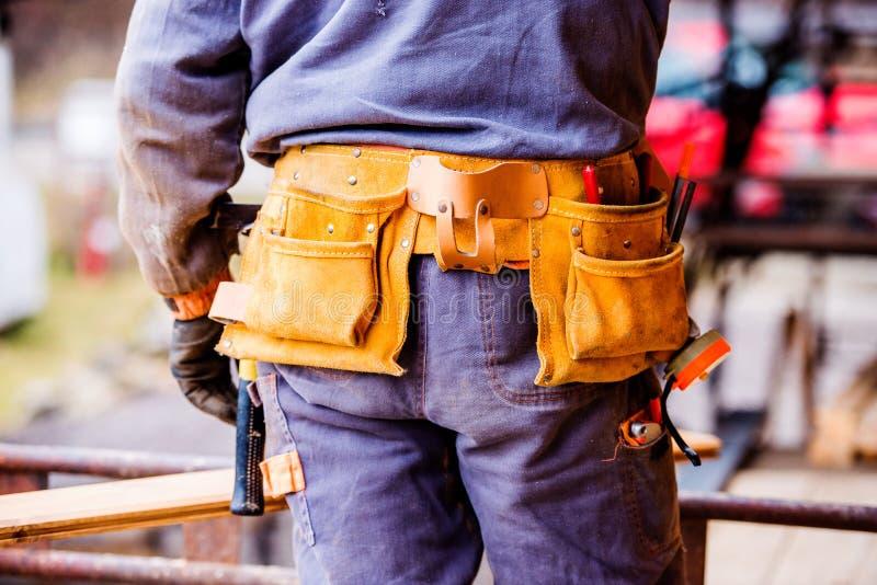 Zakończenie pracownik budowlany z narzędziową torbą, tylni widok zdjęcie stock